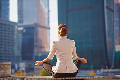 户外,女商人,建筑外部,背景聚焦,禅宗,水平画幅,现代,松弛练习,二郎腿,盘着腿坐
