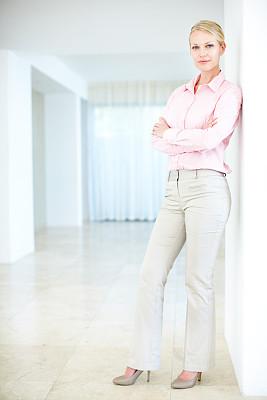 女人,羊毛帽,垂直画幅,30到39岁,留白,注视镜头,美人,白人,新创企业,仅成年人