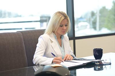 办公室,女商人,正面视角,水平画幅,智慧,美人,白人,文档,仅成年人,前景聚焦