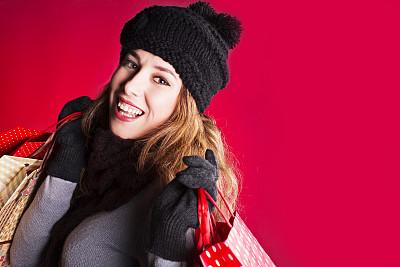 理想化的,红色背景,顾客,仅成年人,贝雷帽,青年人,十二月,冬天,购物狂,女人