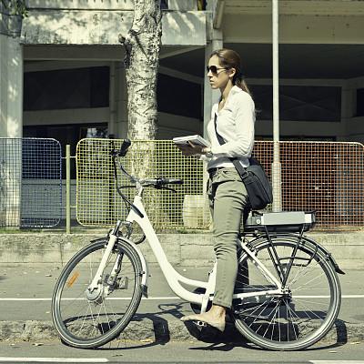 职业,欧元符号,电动自行车,自行车共享系统,踏板,电动机,30到39岁,通勤者,能源,交通