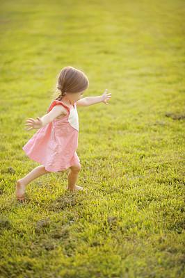幸福,女孩,垂直画幅,绿色,可爱的,快乐,棕色头发,夏天,户外,无忧无虑