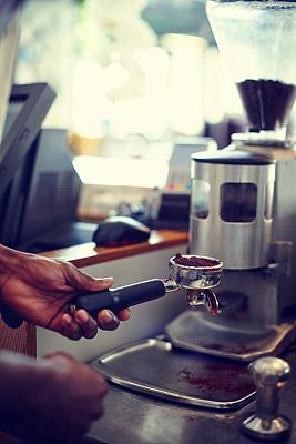 磨咖啡机,垂直画幅,烤咖啡豆,侍者,业主,咖啡店,服务业职位,早晨,饮料,非裔美国人