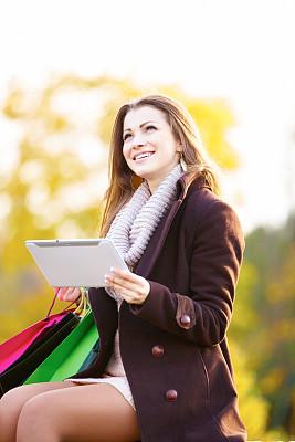 在家购物,女人,垂直画幅,电子商务,仅成年人,信用卡,青年人,彩色图片,信心,技术