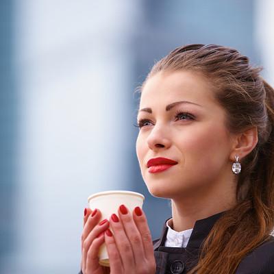 户外,女商人,咖啡杯,套装,美,半身像,美人,一次性杯子,白人,仅成年人
