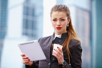 女人,咖啡杯,平板电脑,套装,半身像,一次性杯子,仅成年人,青年人,专业人员,信心