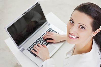 女人,笔记本电脑,留白,休闲活动,黑发,仅成年人,明亮,工业,知识,青年人