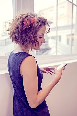青年人,女商人,手机,臀,垂直画幅,办公室,美,半身像,电话机,白人