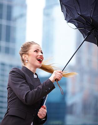 女人,强风,伞,套装,垂直画幅,休闲活动,仅成年人,现代,青年人,专业人员