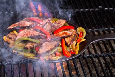 鸡肉卷,灯笼椒,牛肉,煤,炊具,烟,玉米饼餐,铸铁,玉米粉圆饼,餐具