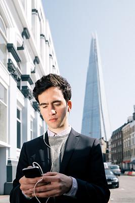 男商人,青年人,伦敦,碎片大厦,互联网协议电话,电话会议,垂直画幅,忙碌,英格兰,男性