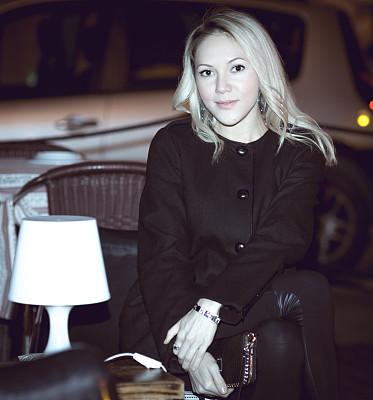 外套,女人,金色头发,黑色,自然美,简单,餐馆,背景,城市,美人
