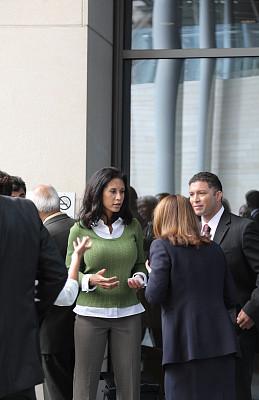 商务人士,正面视角,西雅图,垂直画幅,30到39岁,拉美人和西班牙裔人,会议,白人,经理,男性