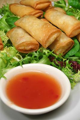 春卷,辣椒酱,炸果饼,垂直画幅,饮食,绿色,无人,膳食,蘸料,小吃