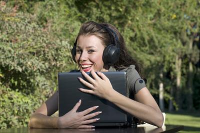 笔记本电脑,幸福,耳机,女孩,美,水平画幅,美人,周末活动,草,仅成年人