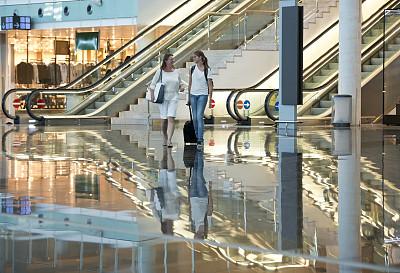 女人,手提箱,机场,两个人,正面视角,留白,水平画幅,黑发,行李,白人