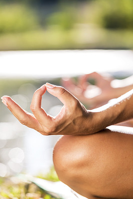 瑜伽,手放膝盖上,膝,垂直画幅,水,留白,休闲活动,健康,仅成年人,青年人