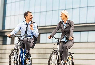 骑自行车,商务人士,30到39岁,水平画幅,套装,户外,交通方式,白人,男商人,男性