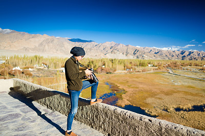 山,探险家,数码单反相机,水平画幅,新闻记者,早晨,旅行者,户外,田地,数字化显示