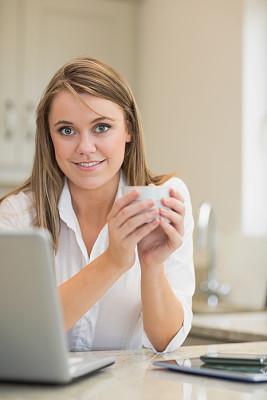 咖啡,女人,使用手提电脑,垂直画幅,笔记本电脑,电话机,家庭生活,白人,青年人,商业金融和工业