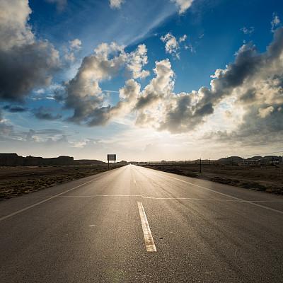 路,天空,水平画幅,无人,交通,公路,户外,多车道公路,沥青,阳光光束