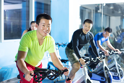 健身房,骑自行车,室内,健身车,水平画幅,快乐,人群,运动员,男性,日本人