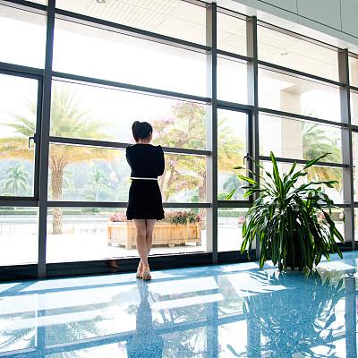 女商人,透过窗户往外看,套装,仅成年人,彩色图片,光,公司企业,正装,商务,女人