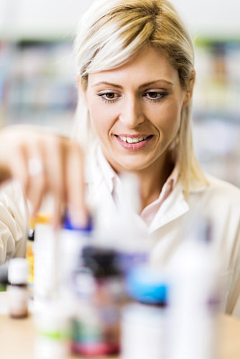 药剂师,女性,药瓶,垂直画幅,水平画幅,化学家,制服,白人,仅成年人,青年人