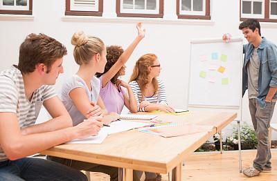 校园,学生,高举手臂,讲座板,20到24岁,桌子,水平画幅,便签,举起手,户外