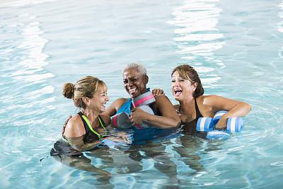 女人,有氧运动法,水中有氧运动,歇斯底里,游泳池,健身课程,水,少量人群,休闲活动,女朋友