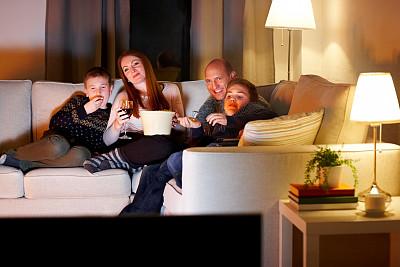 看电视,夜晚,家庭,黄昏,电视机,电影,爆米花,沙发,双亲家庭,家庭生活