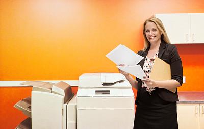 快乐,办公室,女商人,平板扫描仪,传真机,档案柜,打印机,45到49岁,复印机,正面视角