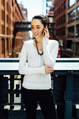 纽约,智能手机,女商人,高线公园,垂直画幅,留白,半身像,忙碌,30岁到34岁,仅成年人