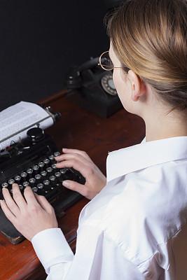 秘书,1940-1949年图片,1930-1939年图片,1930年-1939年,过肩视角,打字机,垂直画幅,留白,电话机,古典式