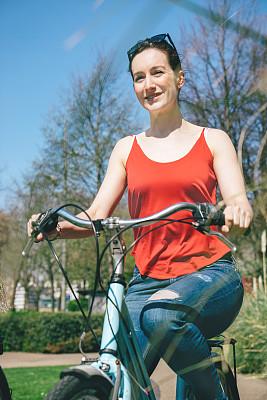 青年女人,骑自行车,垂直画幅,英格兰,仅成年人,青年人,休闲正装,英国,健康生活方式,年龄