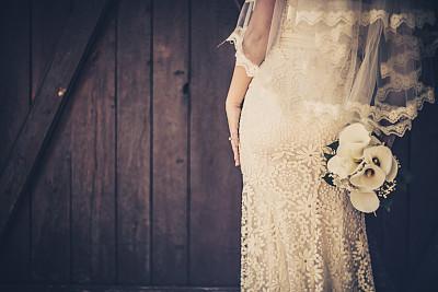 新娘,美,水平画幅,户外,白人,仅一朵花,仅成年人,婚纱,花束,青年人