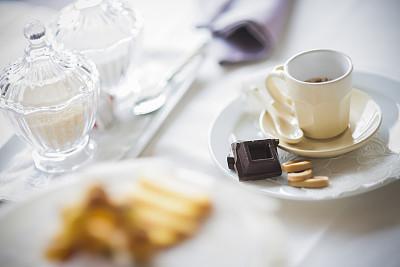 咖啡杯,切割垫板,烤咖啡豆,芳香的,水平画幅,早晨,特写,咖啡,白色,清新