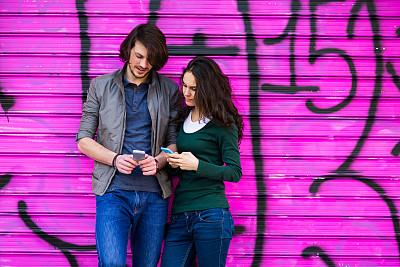 青年伴侣,青少年,半身像,男性,青年人,技术,街道,便携式信息设备,社会化网络,浪漫