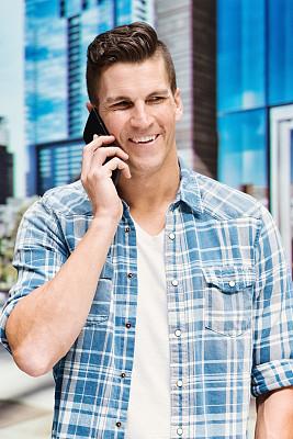男人,手机,休闲装,奥斯汀镇,卷袖,垂直画幅,天空,男性,衬衫,技术