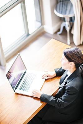 女商人,使用手提电脑,南非文明,垂直画幅,办公室,30到39岁,笔记本电脑,工作场所,套装,白人