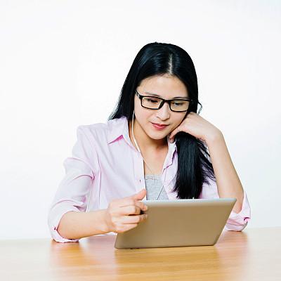 青年女人,平板电脑,留白,美,电子邮件,仅成年人,眼镜,青年人,白色,技术