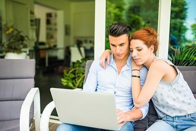 沙发,异性恋,笔记本电脑,休闲活动,家庭生活,电子商务,男性,仅成年人,网上冲浪,青年人