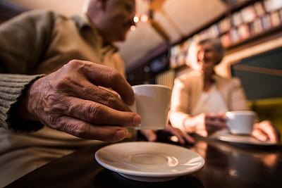 特写,浓咖啡,老年人,休闲活动,水平画幅,伴侣,白人,咖啡,男性,仅成年人