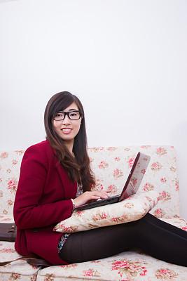 平板电脑,青年女人,垂直画幅,仅成年人,长发,网上冲浪,沙发,头发,技术