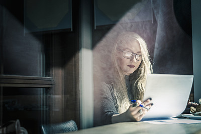文档,咖啡馆,女商人,咖啡店,仅成年人,眼镜,长发,青年人,专业人员,头像