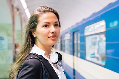 地铁,等,地铁月台,圣彼得堡,公共交通,地铁站,俄罗斯人,仅成年人,青年人