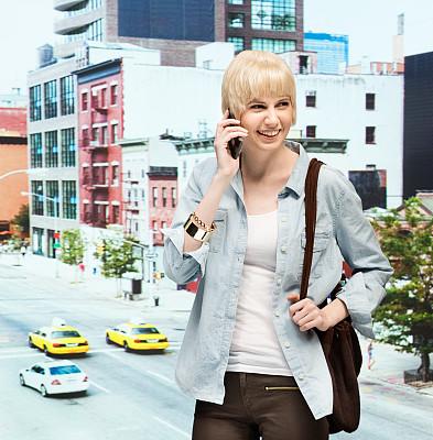 手机,曼哈顿,黄色出租车,垂直画幅,半身像,不看镜头,仅成年人,都市风景,现代