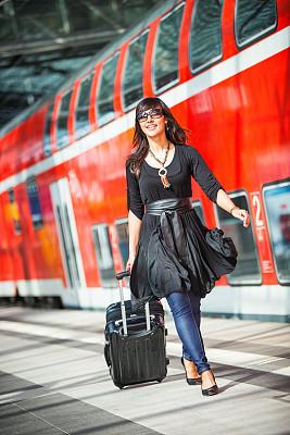 女商人,在活动中,下一步,垂直画幅,美,通勤者,美人,套装,行李,图像