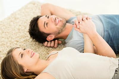 青年伴侣,室内地面,水平画幅,高视角,手牵手,家庭生活,伴侣,男性,人际关系,青年人