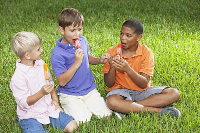 儿童,夏令营,坐在地上,冰淇淋,少量人群,夏天,非裔美国人,男性,彩色图片,兄弟